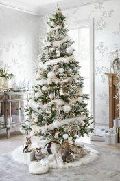 Árvore-de-natal-com-decoração-branca-e-com-detalhes-douradas-Foto-de-Pinterest