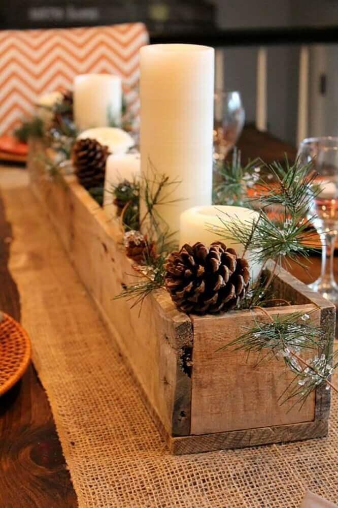 decoração-rústica-com-arranjos-de-natal-com-velas-feito-em-suporte-de-madeira-com-pinhas-Foto-Pinterest