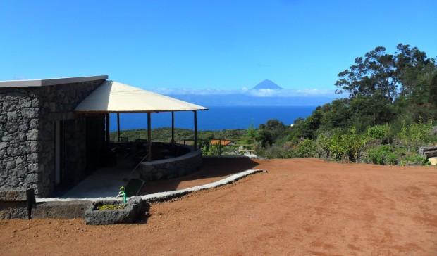 Vista para o Pico com a casa de apoio_View to Pico from the main house